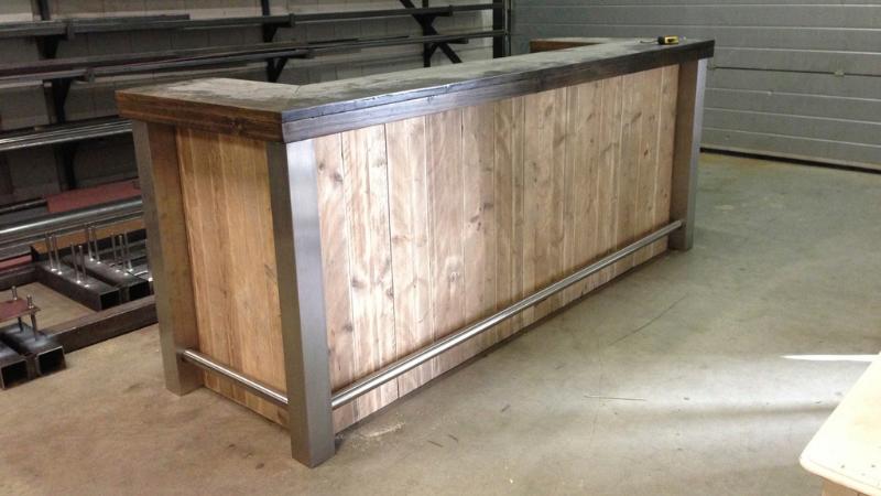 buitenbar op maat gemaakt van staal en hout door Mikkers Special Constructions